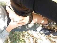 Una chica señora mexicana masturbandose delgada en medias pone su boca bajo el esperma de varios desconocidos en un gangbang