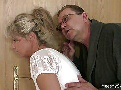 Una muñeca de sexo con señoras mexicanas caderas anchas se quita el vestido y un compañero le mete un pene grueso en el culo